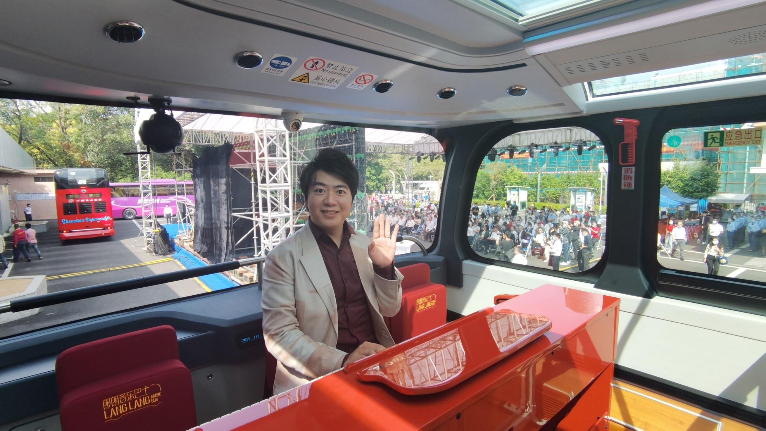 國際鋼琴大師、深圳國際形象大使郎朗在深圳雙層巴士內傾情演奏鋼琴曲。(香港文匯網記者郭若溪 攝)