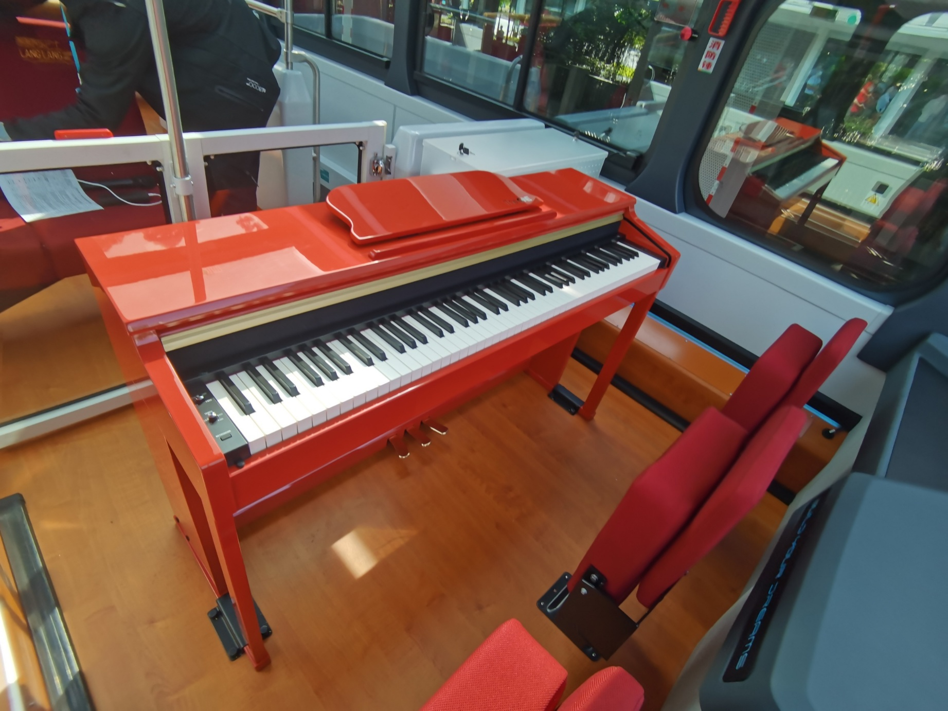郎朗音樂主題巴士上配有鋼琴 。(香港文匯網記者郭若溪 攝)