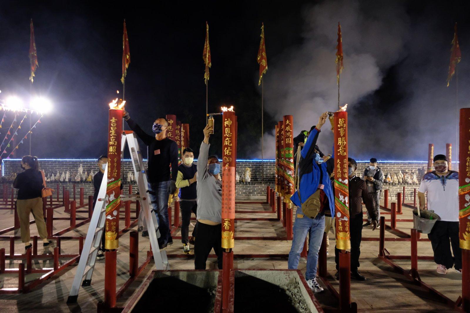 每逢春節,位於香港元朗錦田的八鄉古廟都會有很多善信前來上頭炷香,寓意新一年有一個好的開頭。其中會放鞭炮,上香拜神等,極富傳統春節氣氛。(點新聞記者麥俊傑攝)