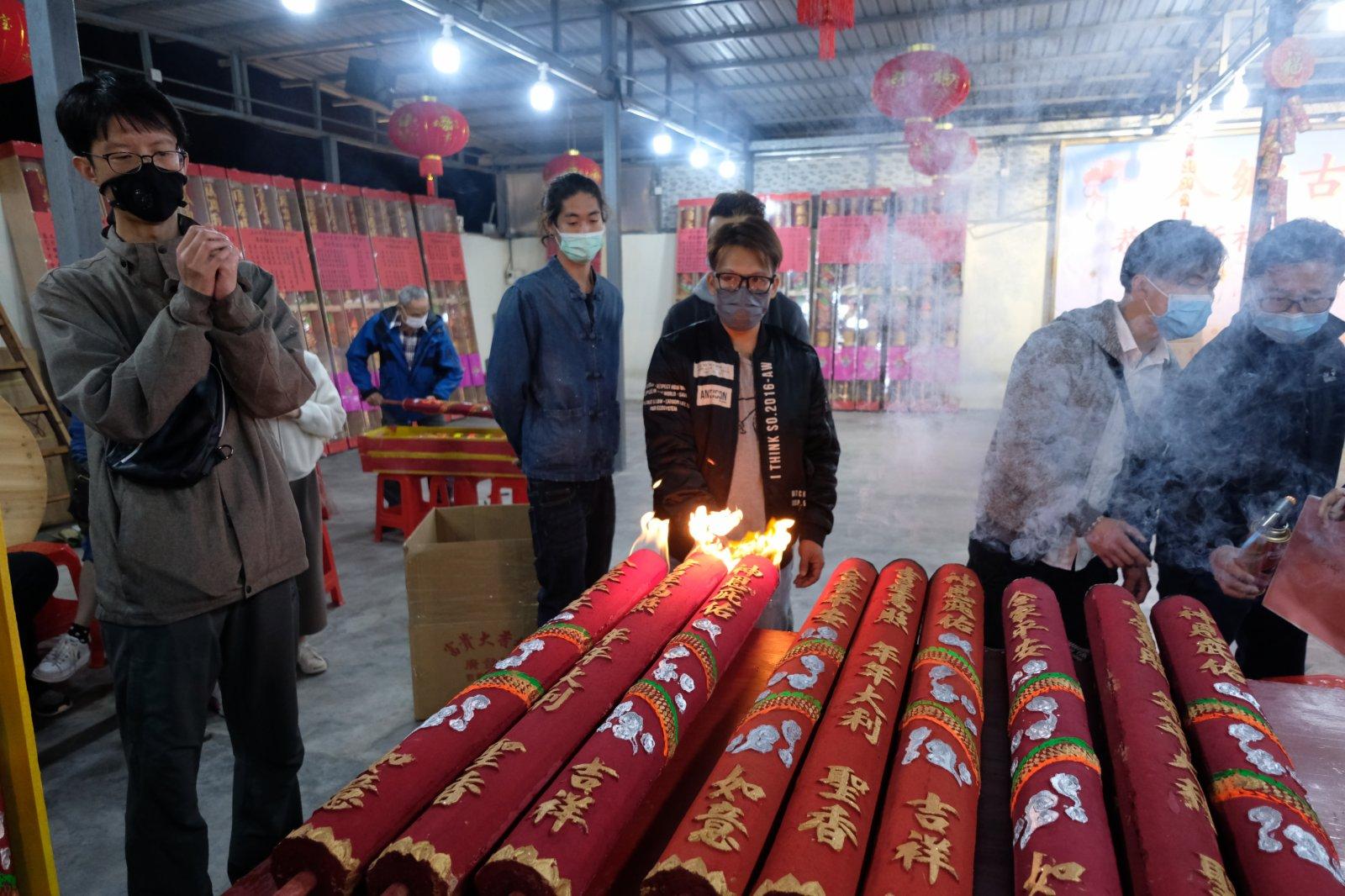 每逢春節,位於香港元朗錦田的八鄉古廟都會有很多善信前來上頭炷香,寓意新一年有一個好的開頭。其中會放鞭炮,上香拜神等,極富傳統春節氣氛。(大公文匯全媒體記者麥俊傑攝)