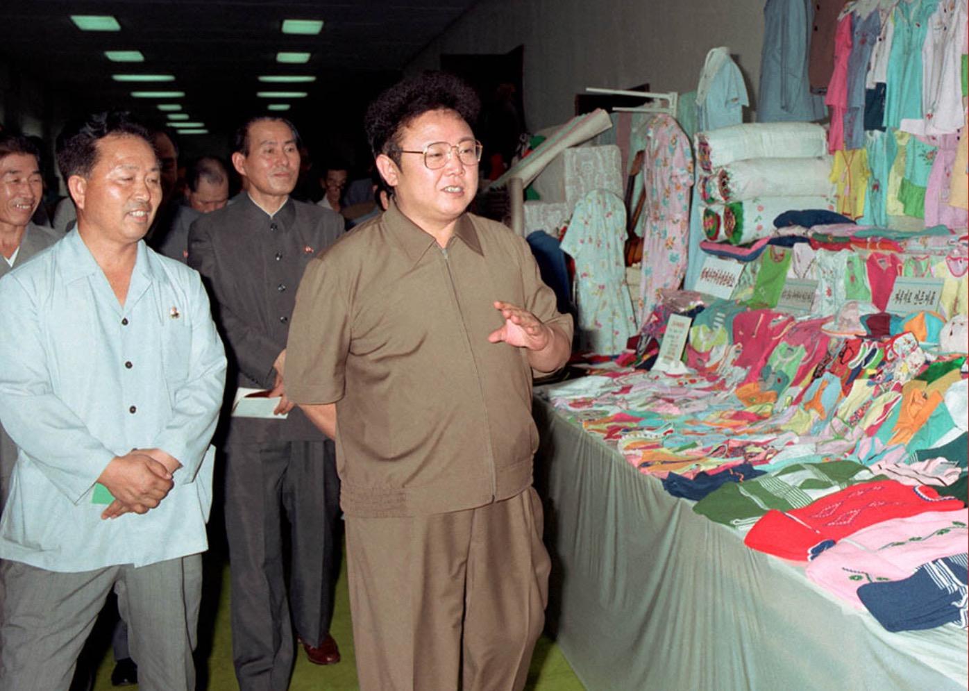 1984年8月,金正日參觀平壤市輕工業產品展示場。
