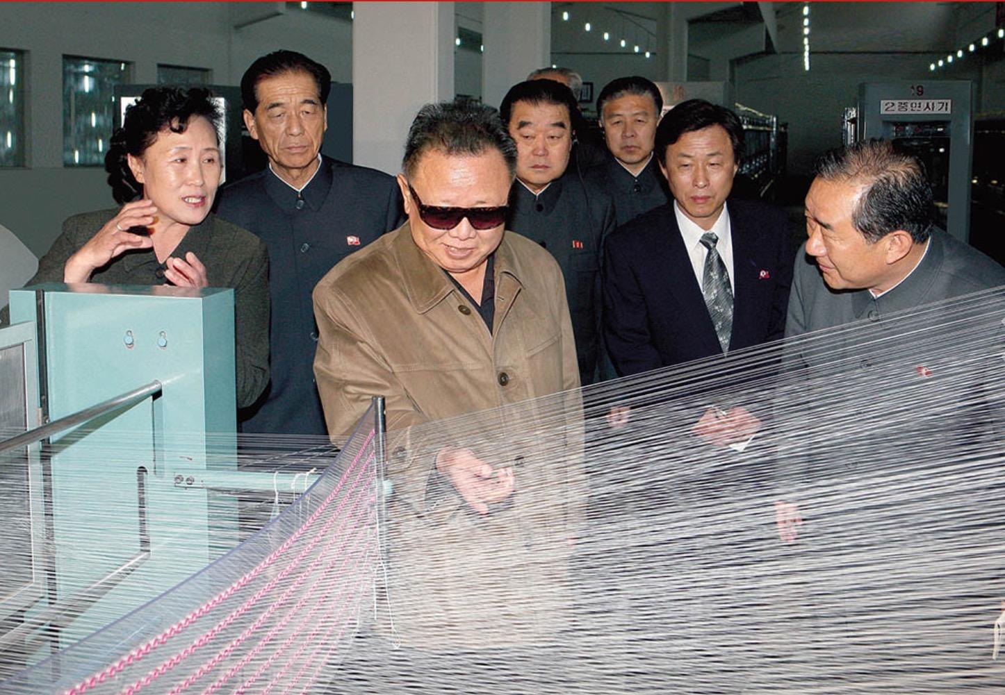 2011年5月,金正日視察平壤紡織廠。