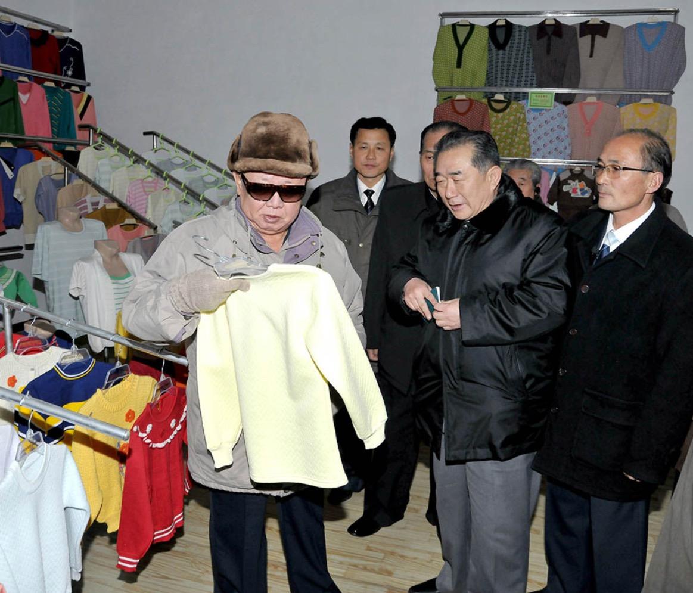 2011年12月,金正日視察咸興針織廠。