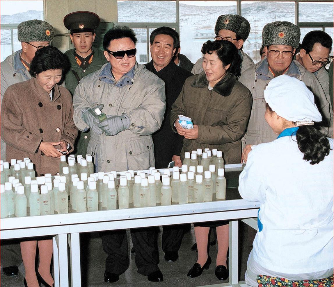 2001年12月,金正日視察新義州化妝品廠。