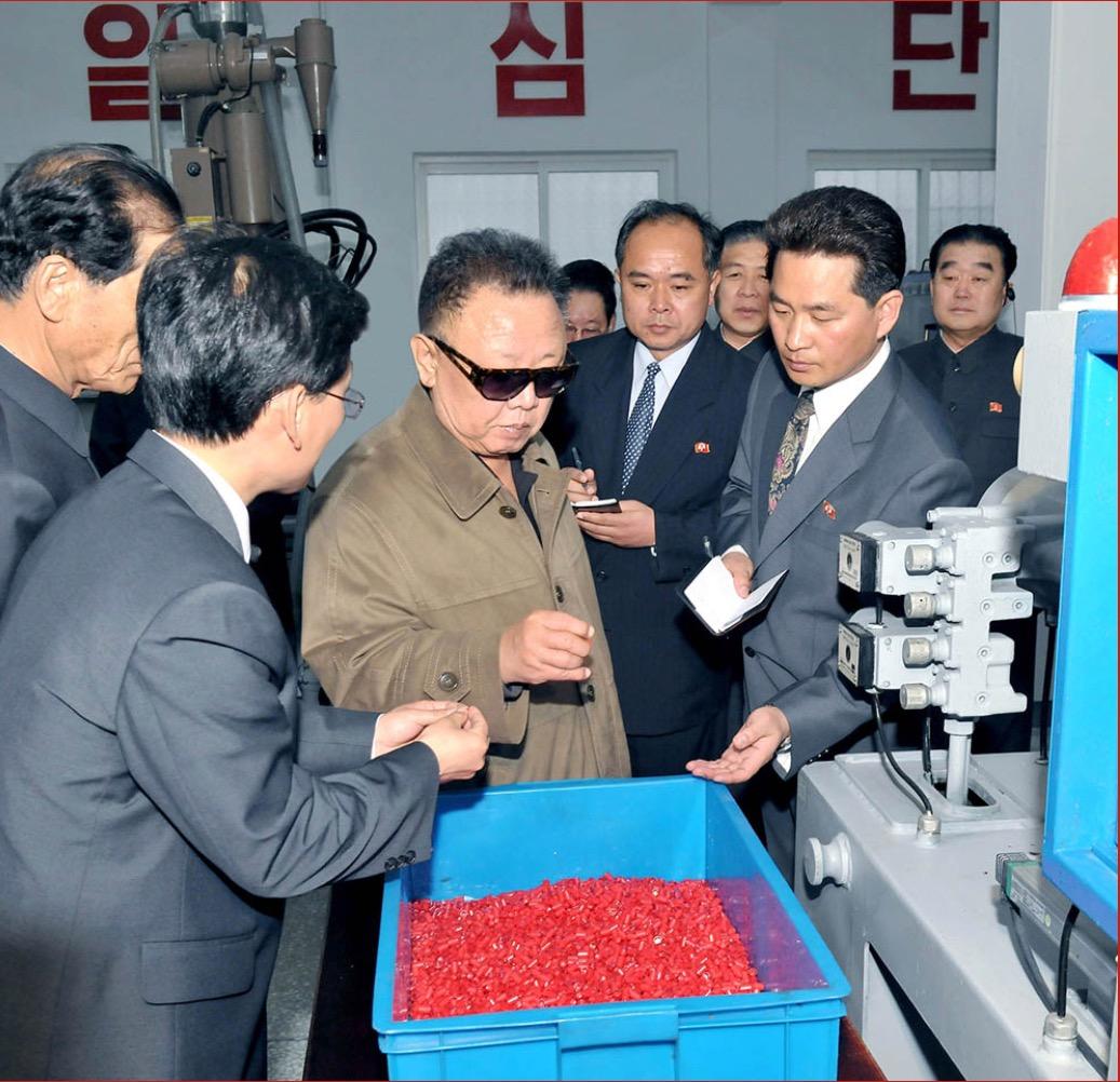 2011年5月,金正日視察平壤塑料鉛筆廠。
