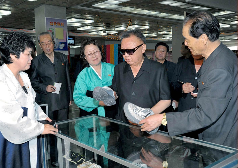 2011年7月,金正日察看自主生產的鞋子。