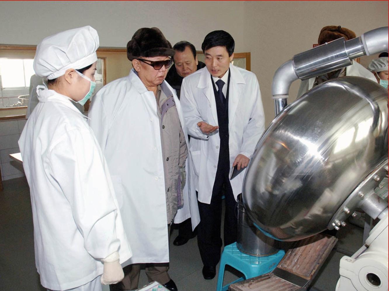 2006年2月,金正日視察江界高麗葯加工廠。
