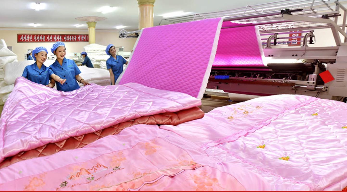以朝鮮抗日女英雄、金日成的妻子金正淑命名的平壤金正淑繅絲廠,主要生產由蠶絲加工的絲線。圖為絲綢被褥生產工序。
