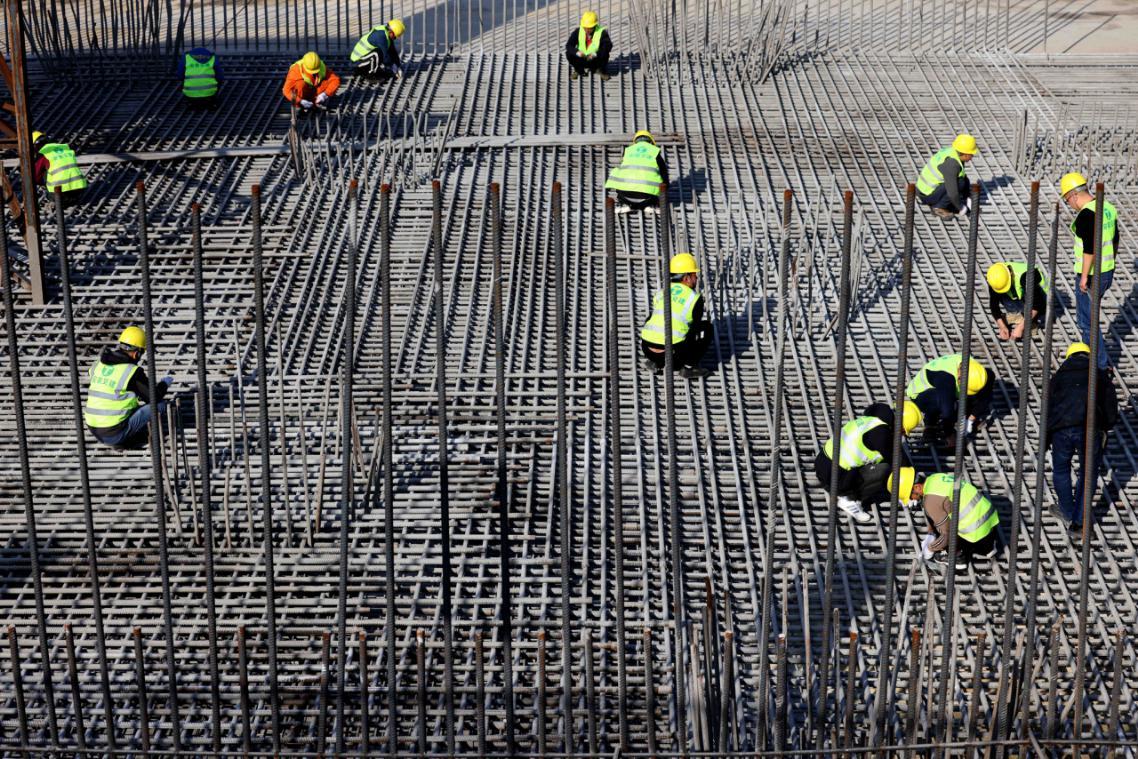 2月19日,在安徽省合肥市瑤海區南淝河初期雨水截留調蓄工程建設現場,工人們在緊張施工。(通訊員解琛 攝)