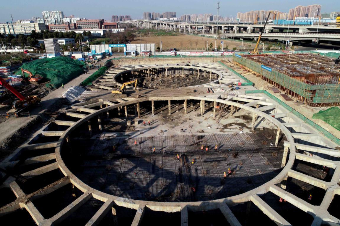 2月19日,在合肥市瑤海區南淝河初期雨水截留調蓄工程建設現場,工人們在緊張施工。(通訊員解琛 攝)