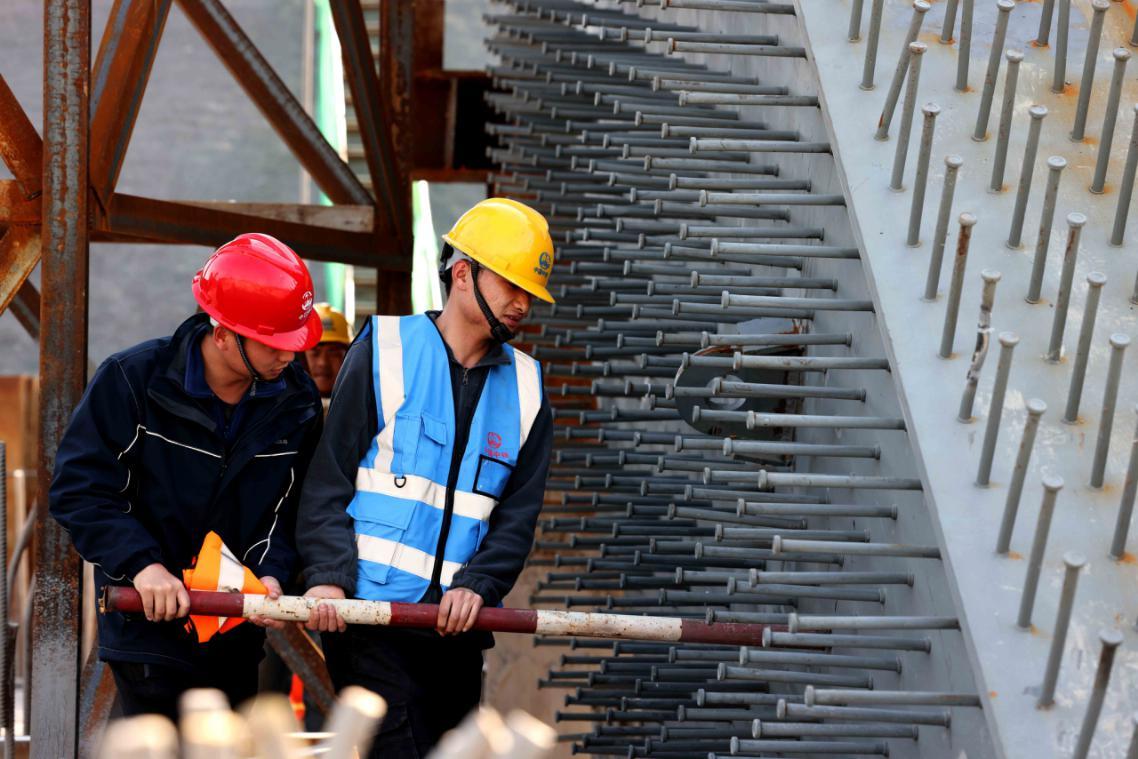 2月19日,在合肥市瑤海區廣德路跨南淝河橋工程建設現場,工人們在緊張施工。(通訊員周容羽 攝)