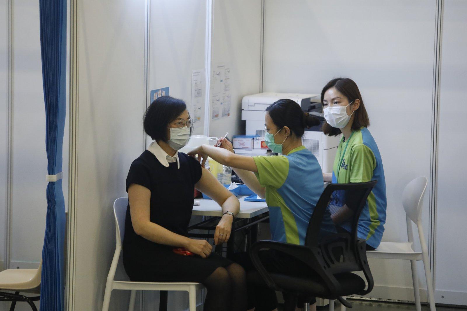 食物及衞生局局長陳肇始接種疫苗。(大公文匯全媒體記者 攝)