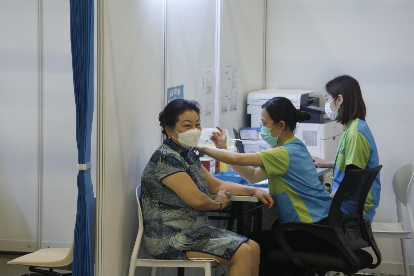 律政司司長鄭若驊接種疫苗。(大公文匯全媒體記者 攝)