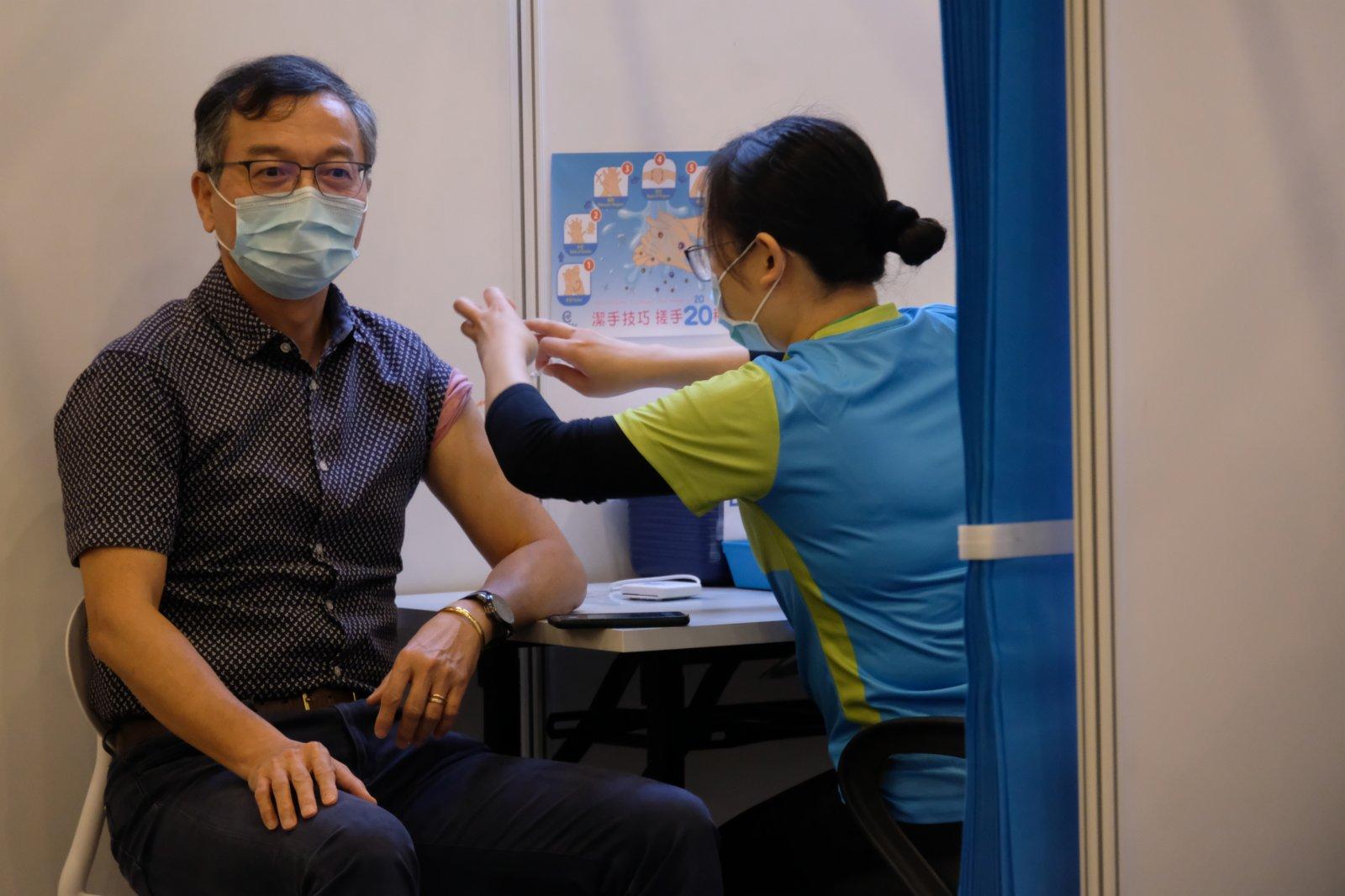 林正財接種疫苗。(大公文匯全媒體記者 攝)