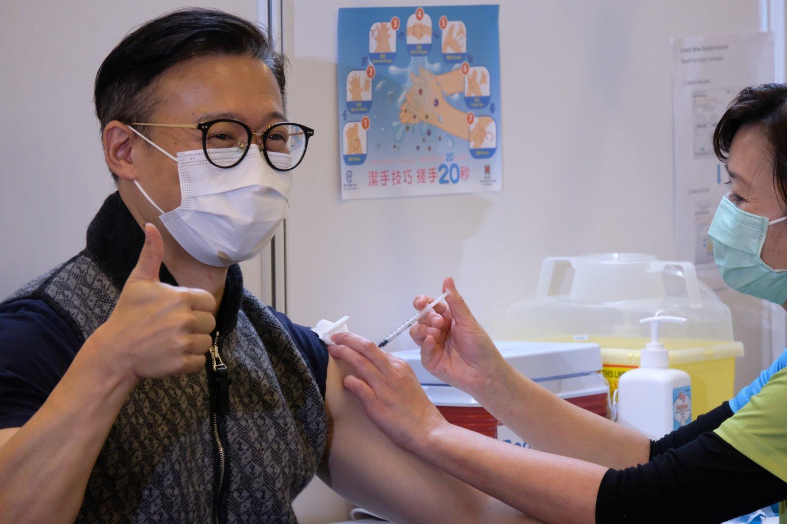 張國鈞接種疫苗時向在場傳媒豎起拇指。(大公文匯全媒體記者 攝)