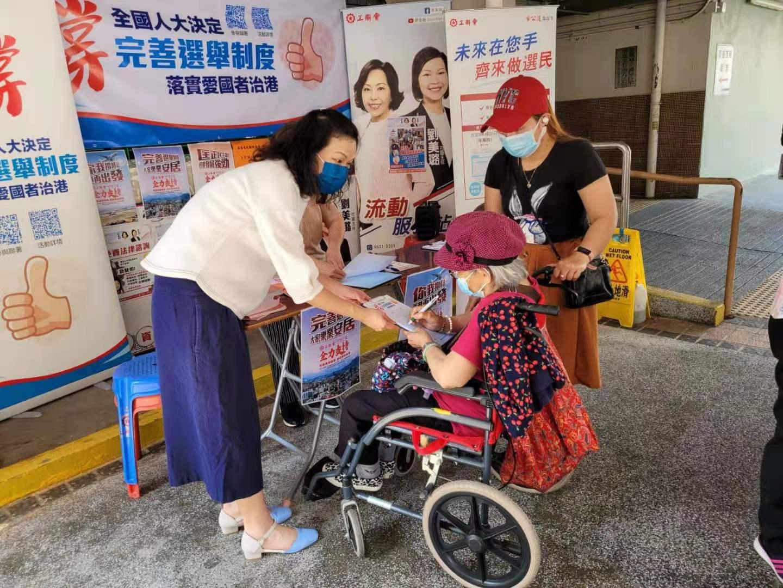 市民積極參與「撐完善香港選舉制度」簽名街站活動。(大公文匯全媒體記者攝)