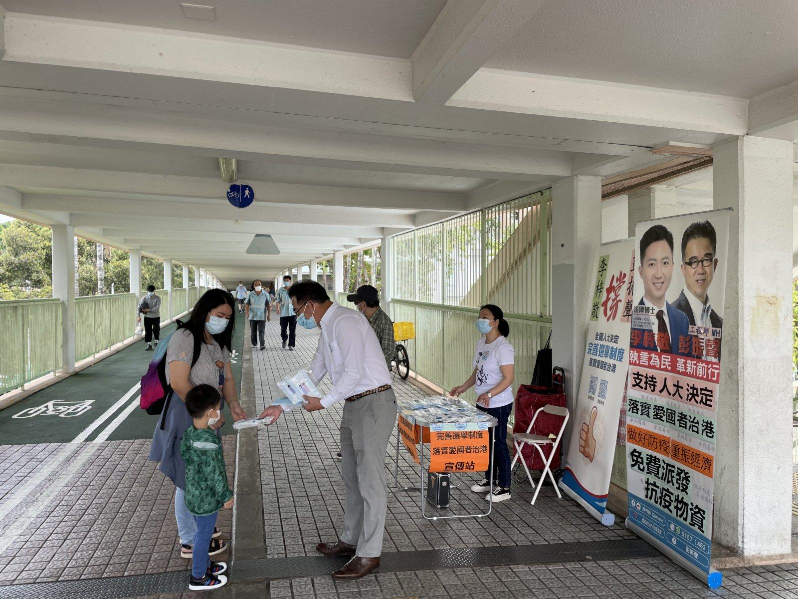 民建聯今日(31日)在上水及粉嶺開設街站,支持完善選舉制度,眾多市民踴躍參與。(大公文匯全媒體記者攝)