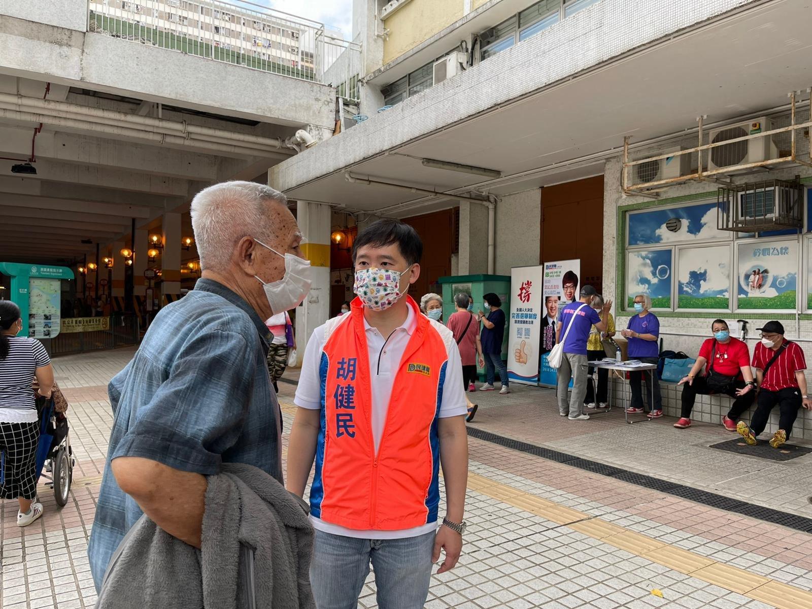 民建聯在大埔擺街站,市民踴躍簽名支持完善選舉制度。(大公文匯全媒體記者 李九歌 攝)