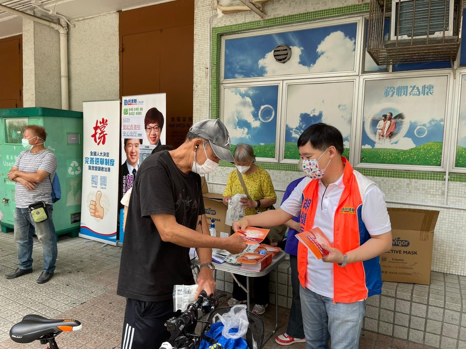 民建聯在大埔擺街站,市民前來簽名簽名支持完善香港特區的選舉制度。(大公文匯全媒體記者 李九歌 攝)