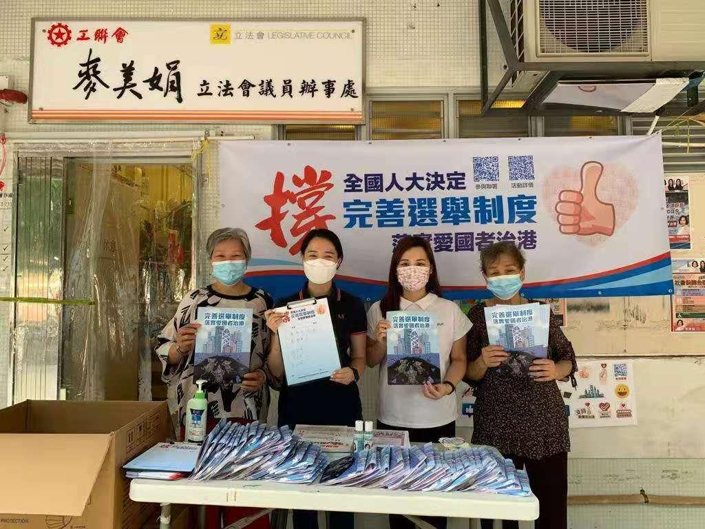 有前來簽名的市民表示,希望完善香港的選舉制度後有助社會恢復理性,可讓香港真正聚焦經濟民生發展。(大公文匯全媒體記者 馮沛賢 攝)