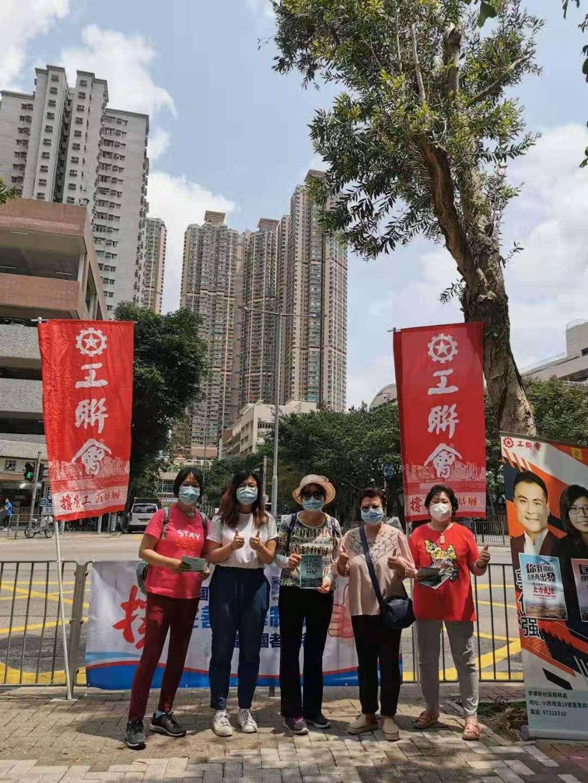 工聯會在全港多區設街站,市民踴躍簽名,支持完善香港特區的選舉制度。(大公文匯全媒體記者 馮沛賢 攝)