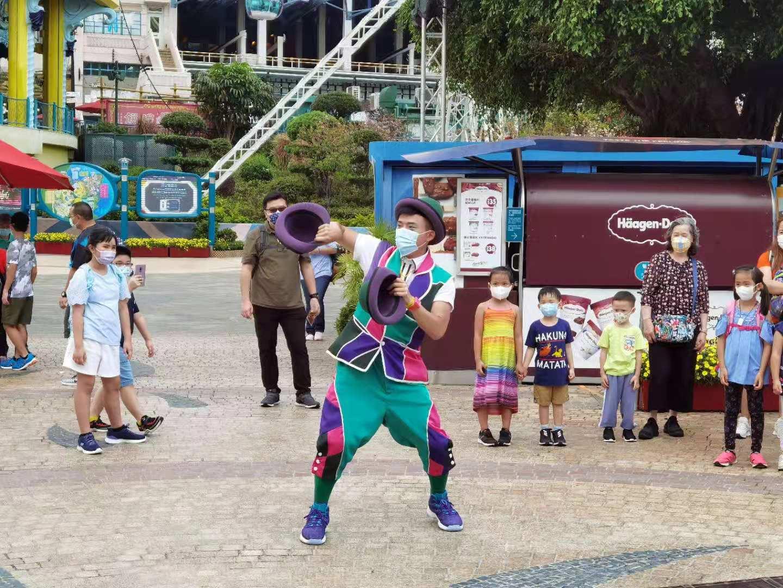 海洋公園內藝人獻上精彩表演,吸引不少小童駐足觀看。(大公文匯全媒體記者攝)