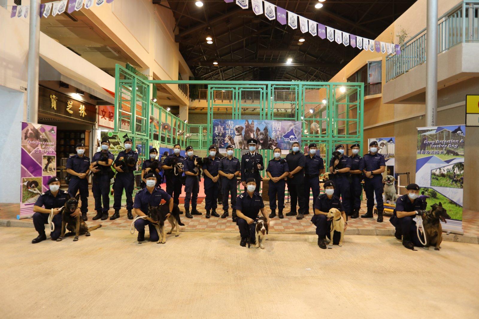 今日(15日)是「全民國家安全教育日」,香港警察學院舉行開放日活動。在進行過一系列精彩表演後,市民前往學院內的展覽區,觀看爆炸品處理課裝備、水警小艇隊裝備、裝甲車等,體驗虛擬實境。此外,警犬還帶來精彩的表演,各種神奇的裝備和精彩的表演,令市民直呼「大開眼界」。(大公文匯全媒體記者李斯哲攝)