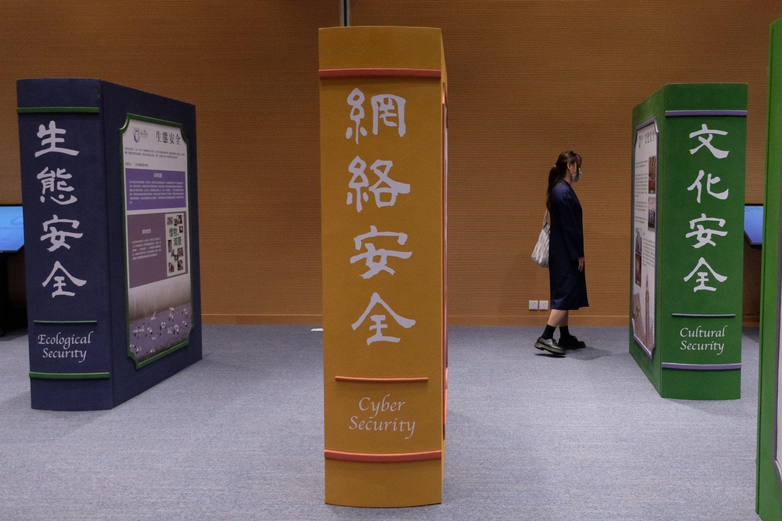 今日(15日)是「全民國家安全教育日」,政府在中環展城館舉辦公眾教育展覽,讓普羅大眾認識總體國家安全觀對國家安全理論和實踐,以及香港國安法對維護國家安全和貫徹「一國兩制」的重要性。透過展覽,巿民可以親身細閱及體驗各項有關國家安全的多媒體資料。(大公文匯全媒體記者麥鈞傑攝)