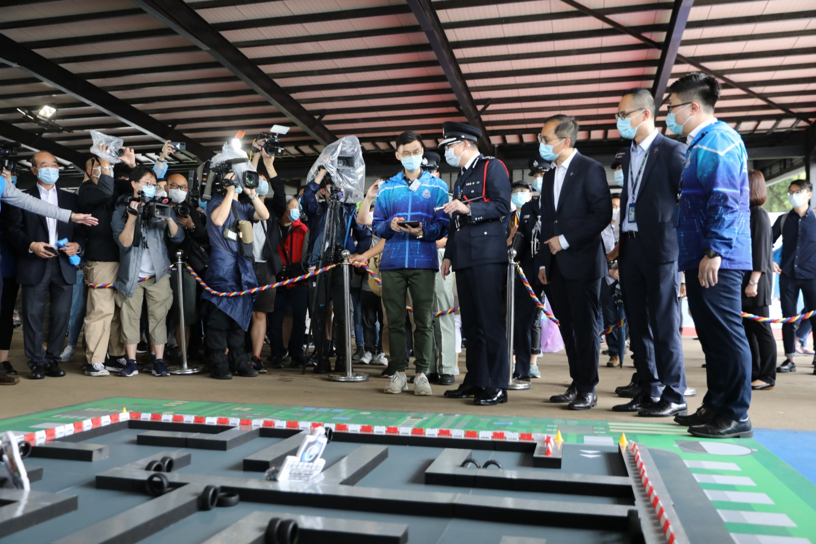 今日(15日)是實施香港國安法後第一個「全民國家安全教育日」,警察學院舉行開放日活動。警務處處長鄧炳強下午到警察學院觀看步操,又與在場市民拍照及交流,試玩國安法問答遊戲,並參觀國安法展覽。  據悉,警察學院開放日的展示項目包括專業步操表演、警察樂隊演奏、反恐演練、國家安全教育展覽、網絡安全展、特別用途車輛及裝甲車輛展示、爆炸品處理組及鐵路應變部隊與水警前線人員裝備展示及分享、衝鋒隊路障及裝備展示、虛擬實境體驗、警犬互動等。