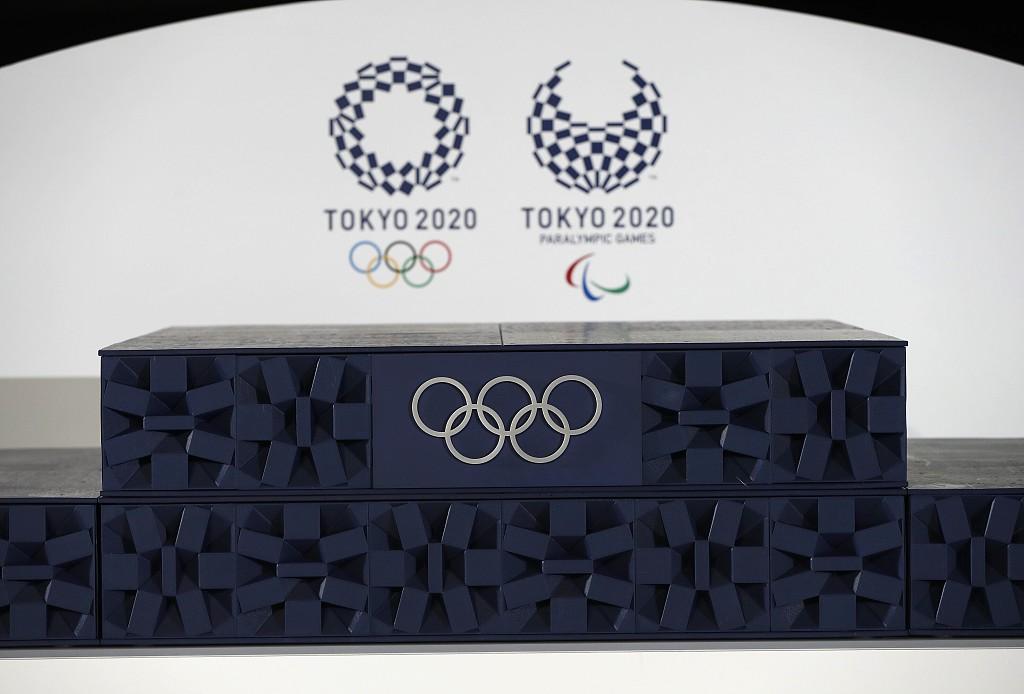 6月3日是東京奧運會開幕倒計時50天紀念日。東京奧組委發布用於奧運會頒獎使用的音樂、領獎台、頒獎志願者禮服以及頒獎時盛放獎牌的托盤等物品。圖為東奧會頒獎台。(新華社資料圖片)