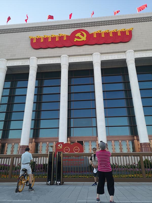 中國共產黨歷史展覽館恢弘大氣,引得行人紛紛駐足留影。