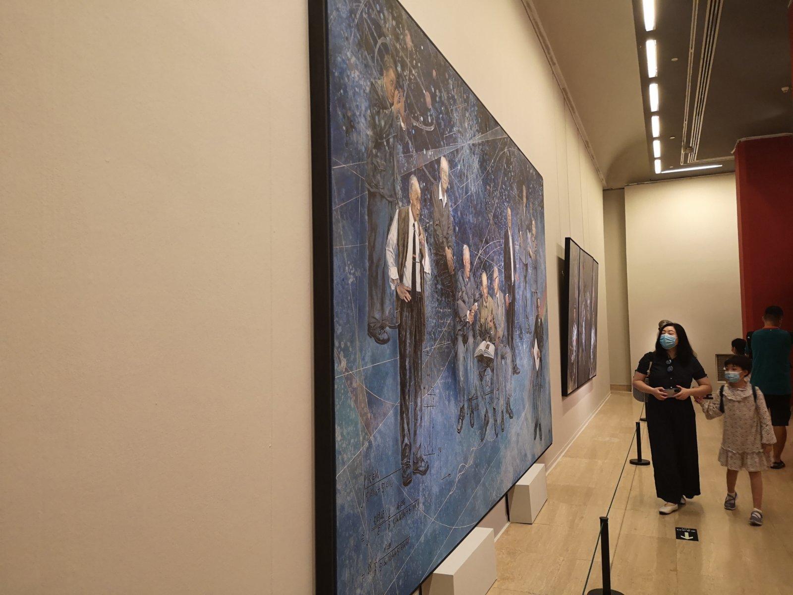 很多參觀者帶孩子一起參觀展覽。記者張寶峰攝