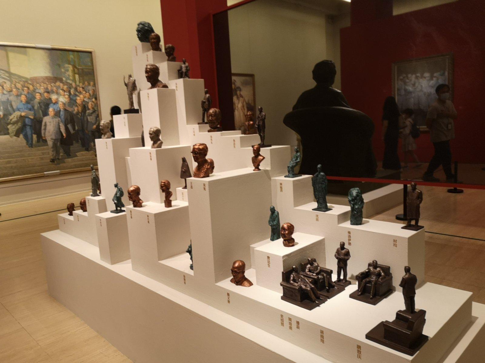 吳為山雕塑作品《高山仰止——向偉大的科學家致敬》。記者張寶峰攝