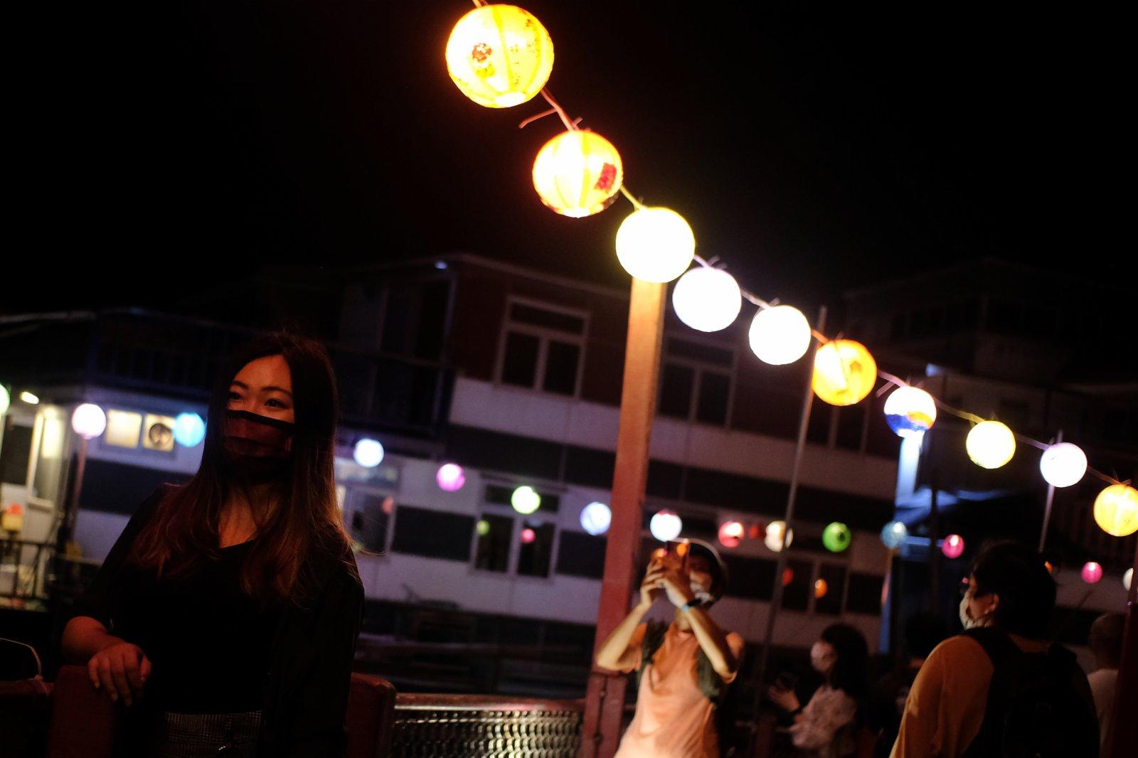 花燈節吸引不少年輕人觀燈影相。(大公文匯全媒體記者 麥鈞傑 攝)