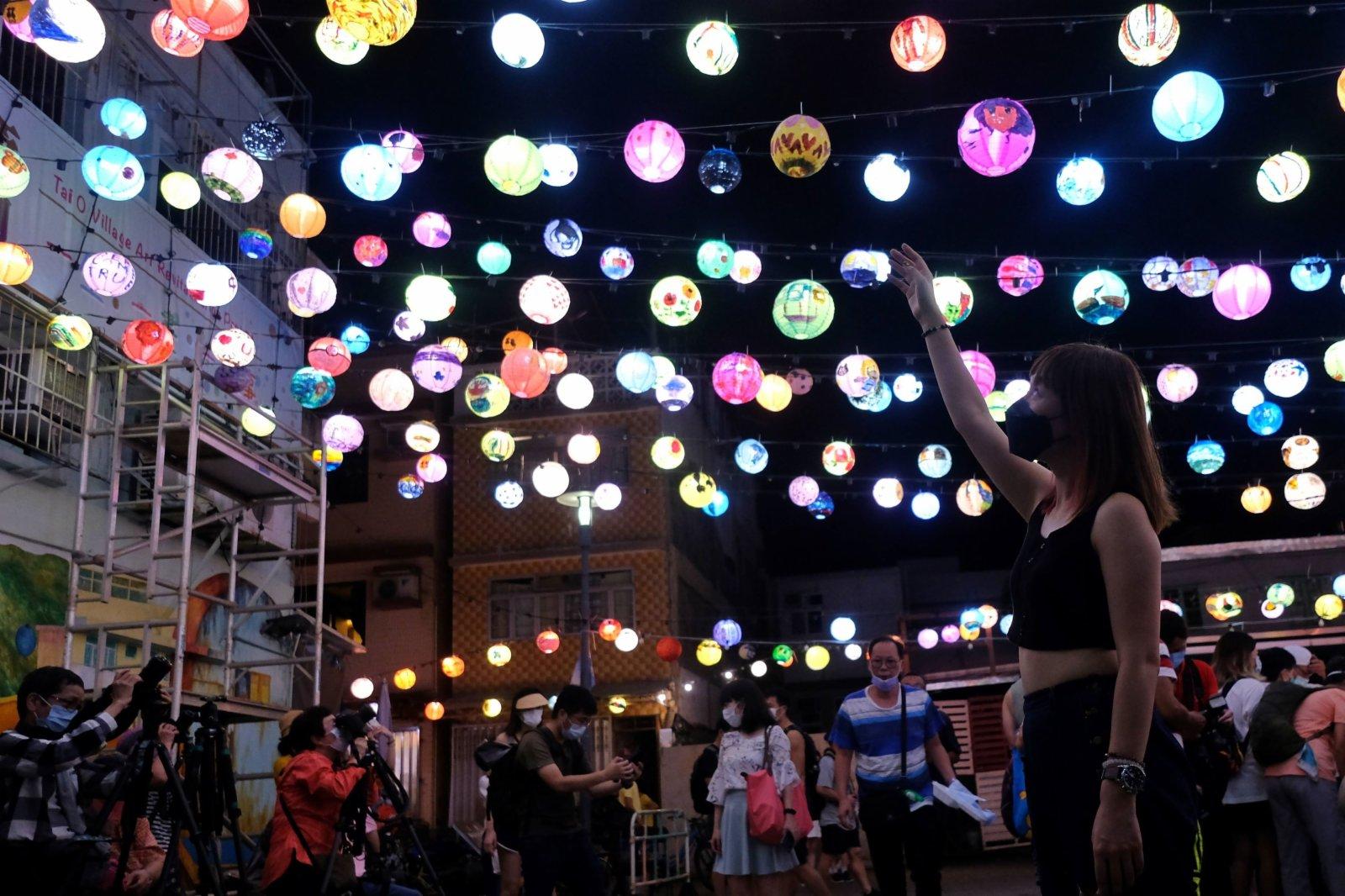大澳水鄉花燈節已亮燈,與市民同慶中秋。(大公文匯全媒體記者 麥鈞傑 攝)