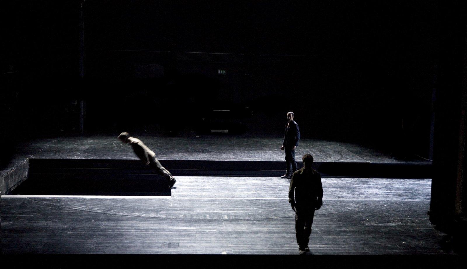 「新視野藝術節」亦帶來迪米特里斯‧帕派約安努的《無處》(導演版)。繼帕派約安努名作《偉大馴服者》2019年在香港演出讓觀眾驚嘆,由劇場幻術大師剪輯完整電影版本的環境舞蹈作品《無處》將首度於香港大會堂劇院公映。《無處》原為希臘國家劇院委約帕派約安努編創,作為其主舞台的開幕節目。(政府新聞處)