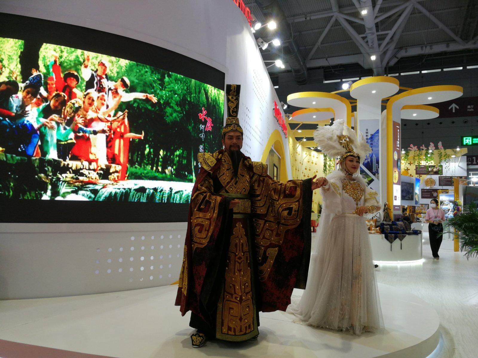 新疆館,演員表演大型實景音樂劇《崑崙之約》(記者毛麗娟)