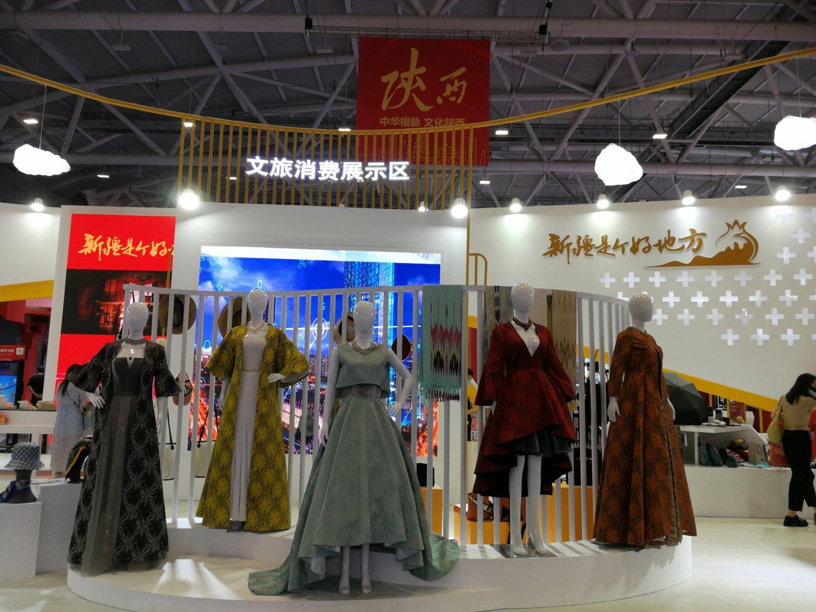 新疆館展出美麗的民族手工服飾(記者毛麗娟)