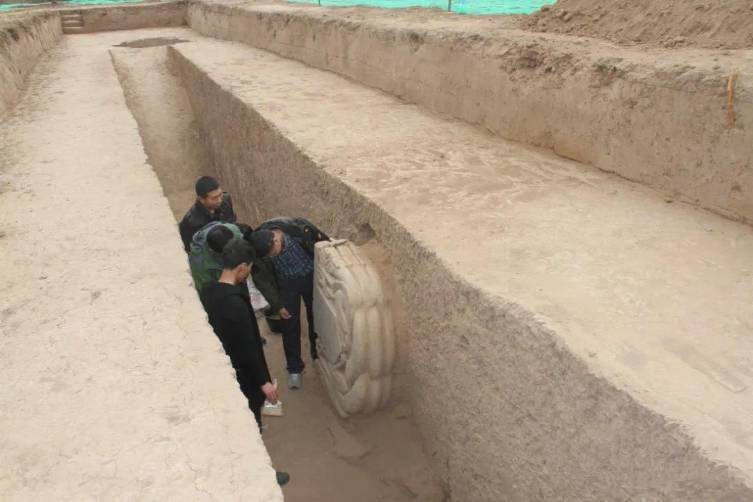 北碑「三絕」《豆盧恩碑》碑首出土現場。(受訪者供圖)