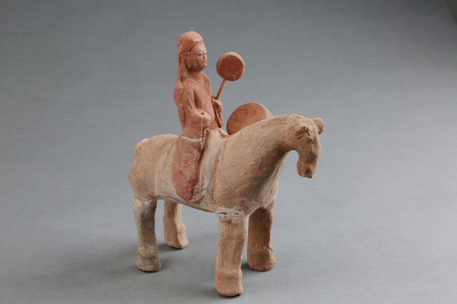 豆盧雋墓出土的擊鼓俑。(受訪者供圖)