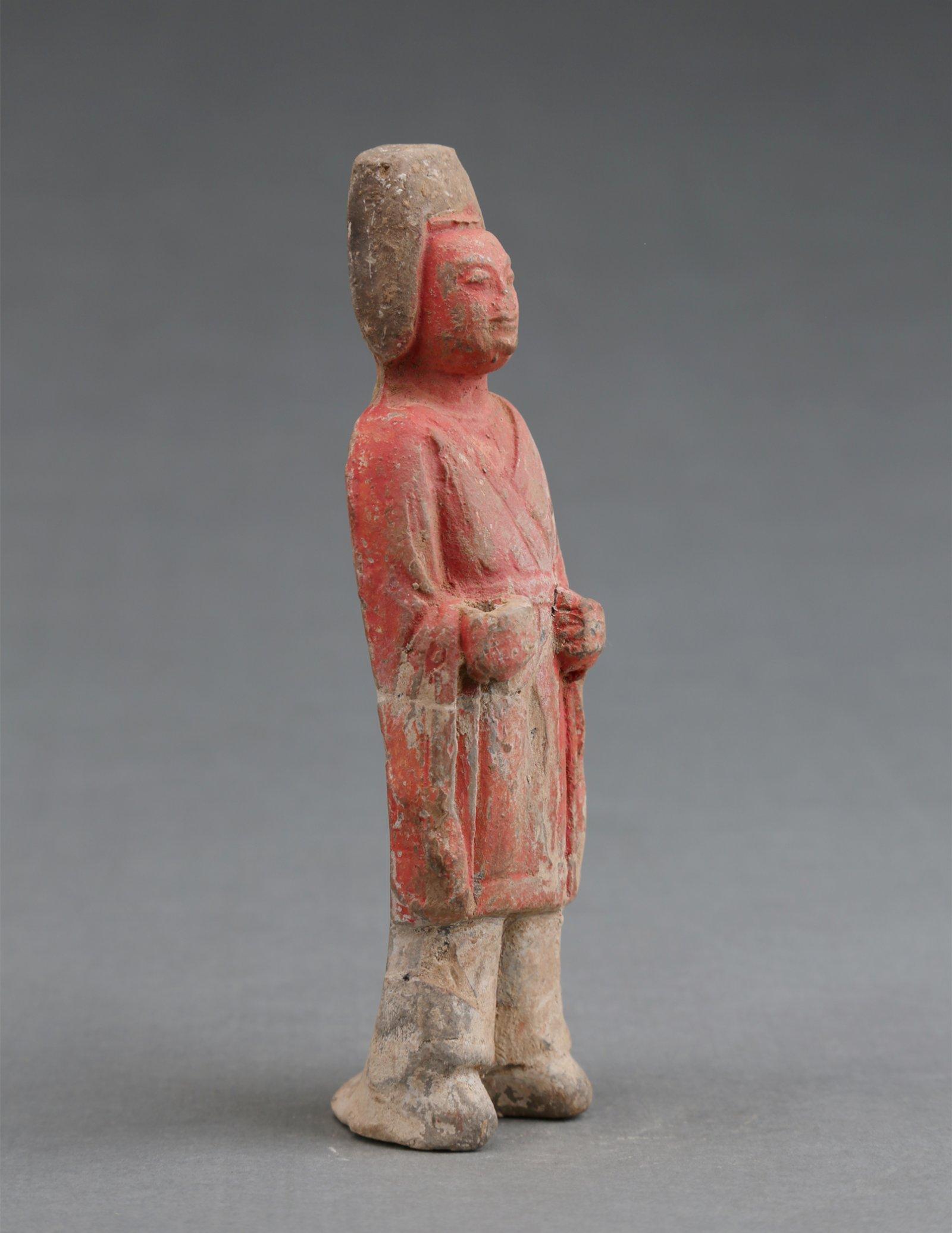 豆盧雋墓出土的籠冠俑。(受訪者供圖)