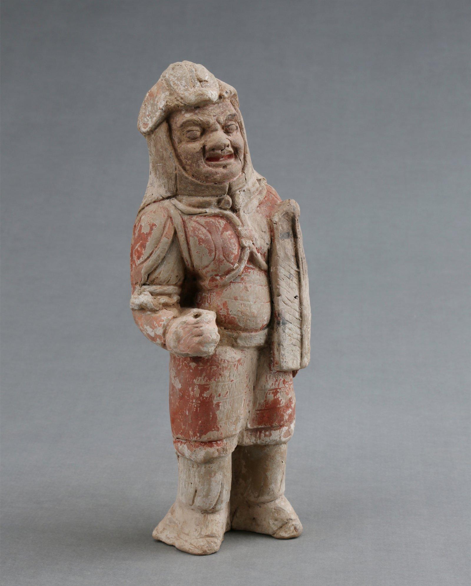 豆盧整夫婦合葬墓出土的持盾武士俑。(受訪者供圖)
