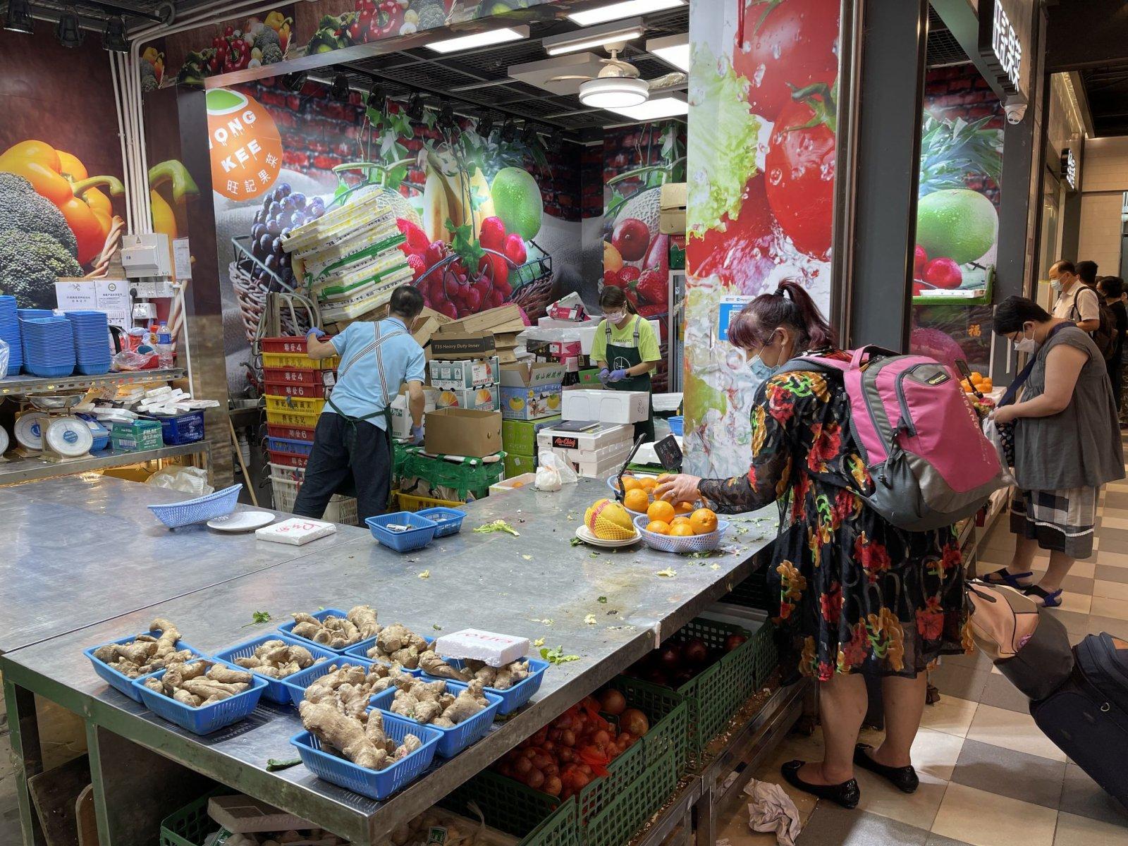 去得較晚的街坊,只剩下為數不多的食材可供挑選。(大公文匯全媒體記者 李斯哲 攝)