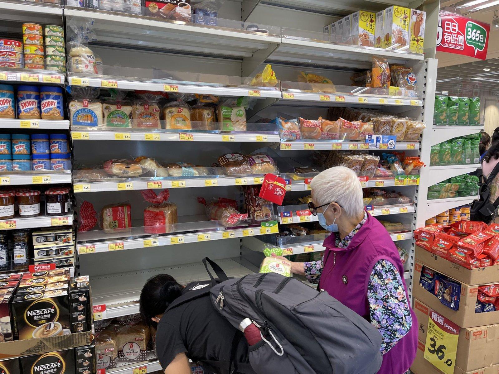 市民在超市選購麵包。(大公文匯全媒體記者 李斯哲 攝)