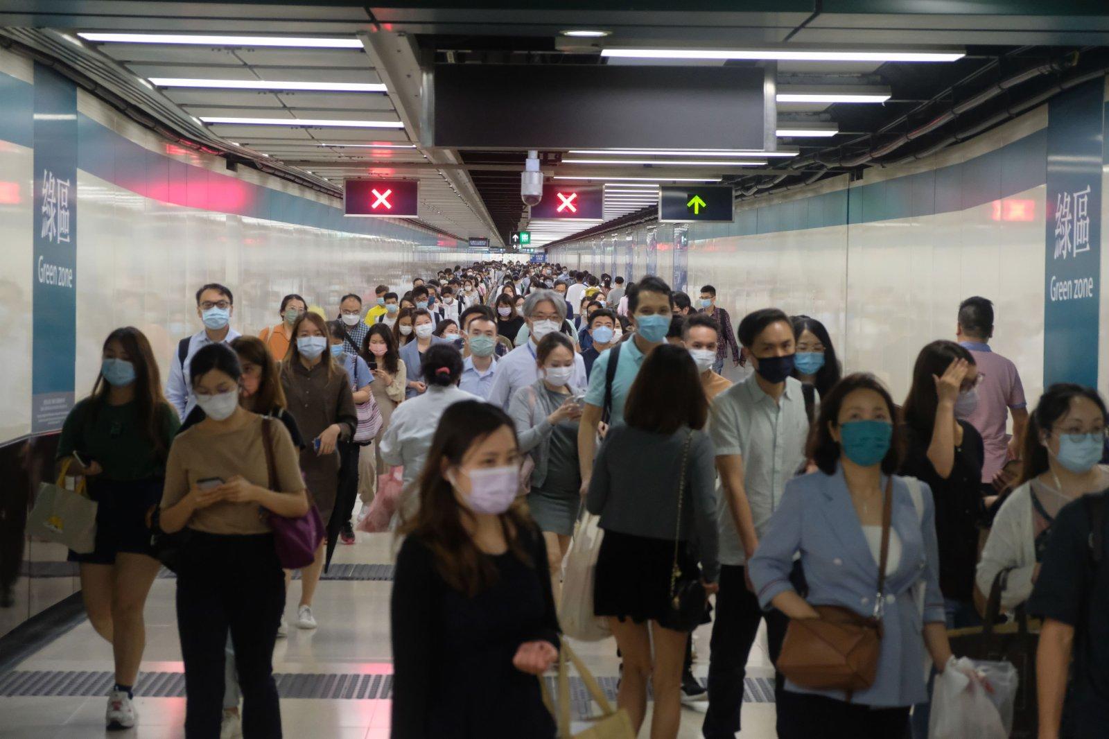 往來港鐵尖沙咀站和尖東站的行人隧道人流密集。(大公文匯全媒體記者 麥鈞傑 攝)