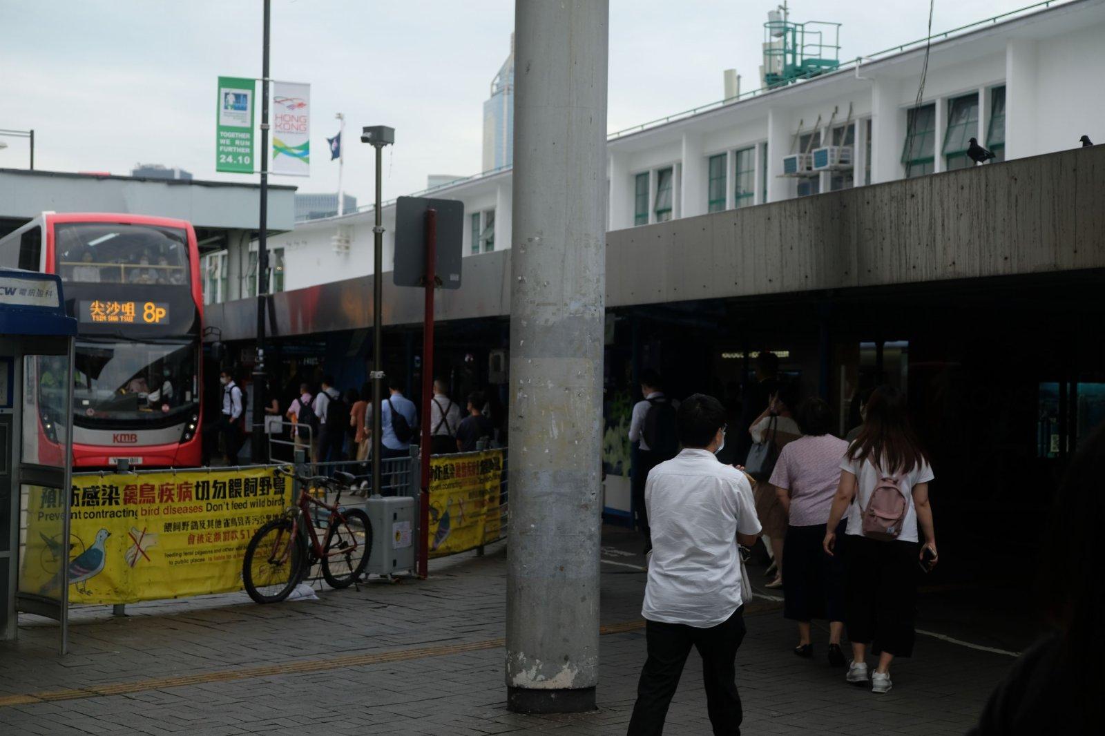 巴士站亦大排長龍。(大公文匯全媒體記者 麥鈞傑 攝)