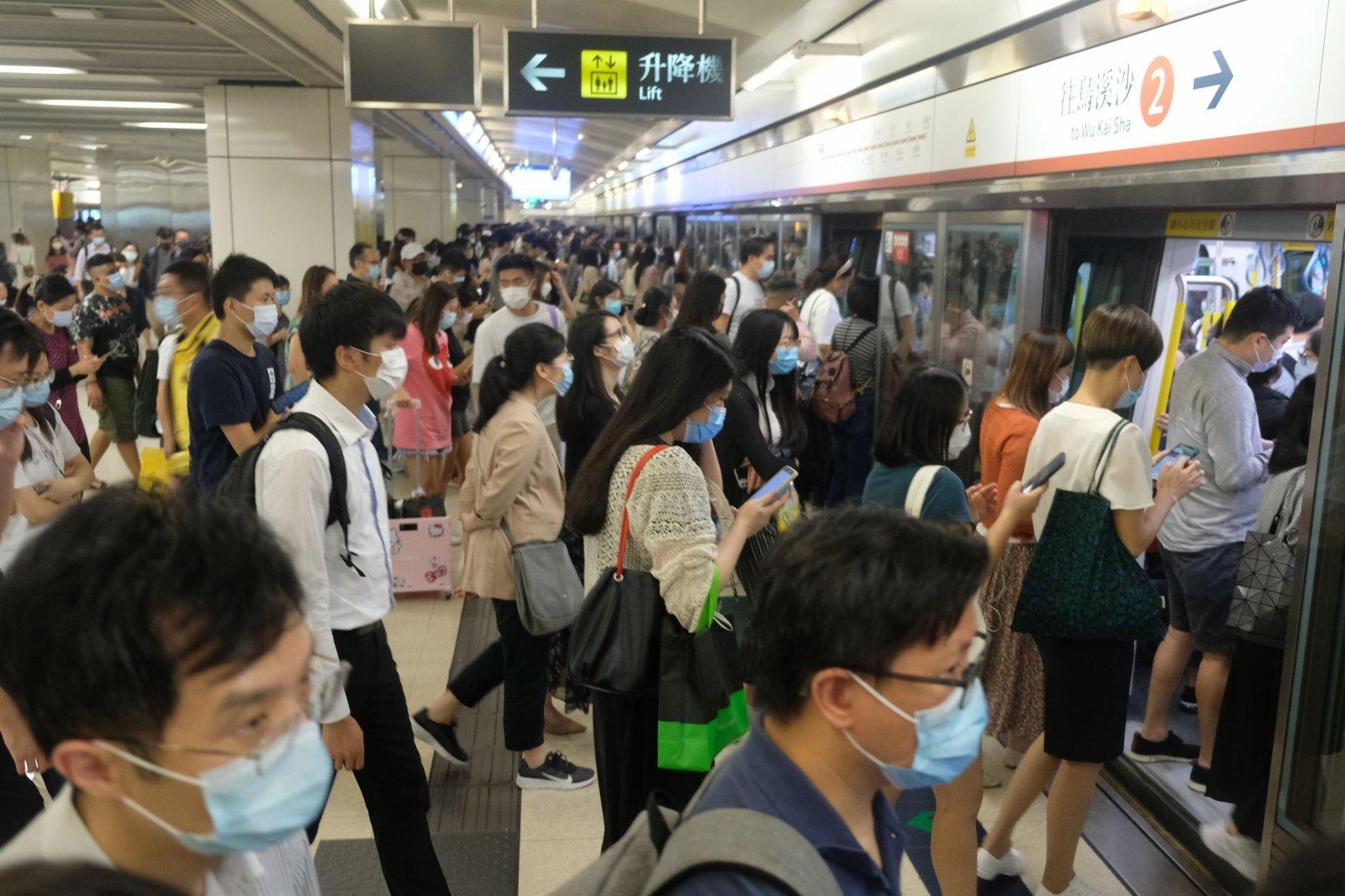 車廂爆滿,有市民無法上車,只好等待下一班。(大公文匯全媒體記者 麥鈞傑 攝)