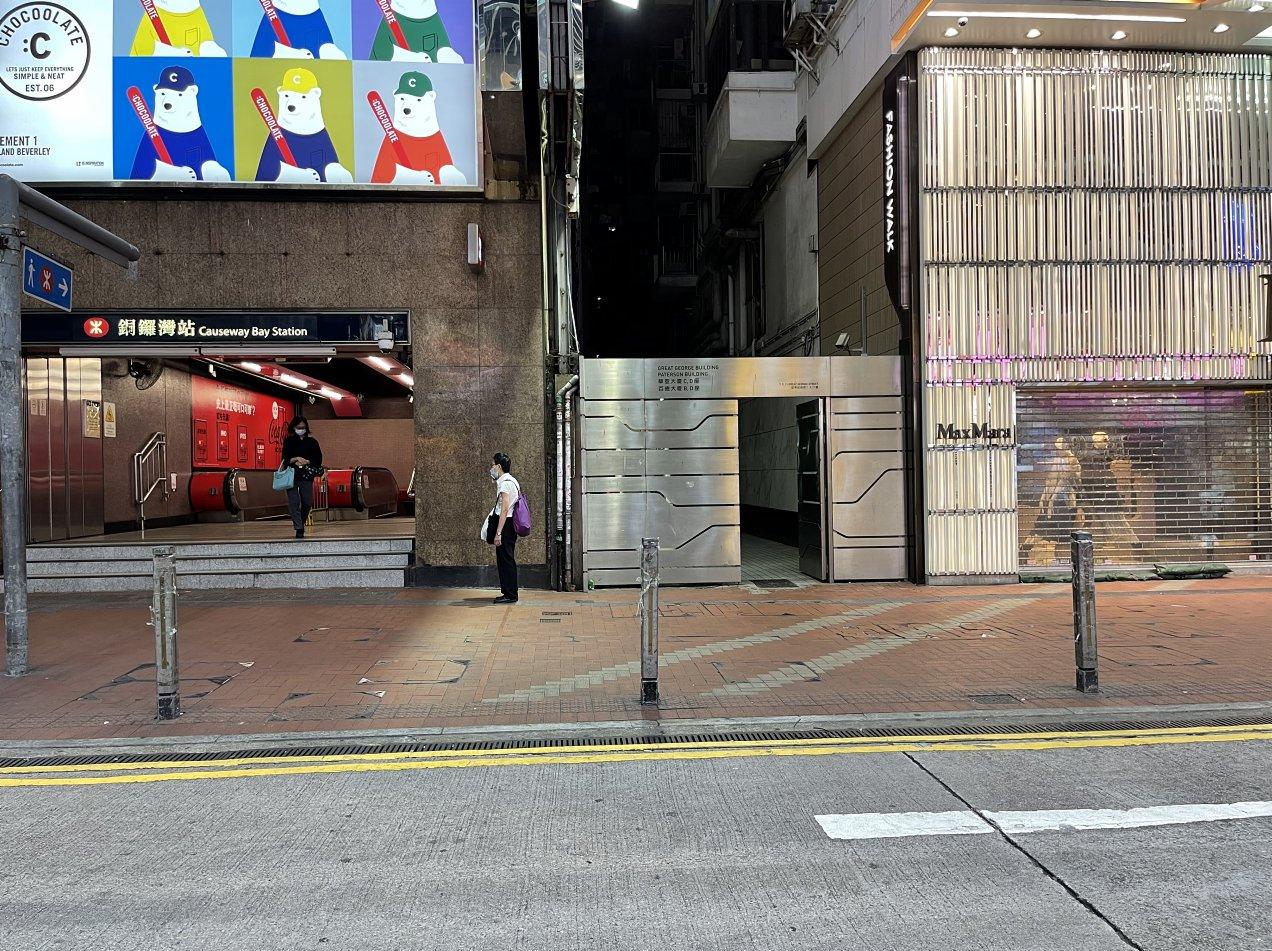 八號風球生效,銅鑼灣地鐵站出口處行人稀少。(大公文匯全媒體記者 攝)