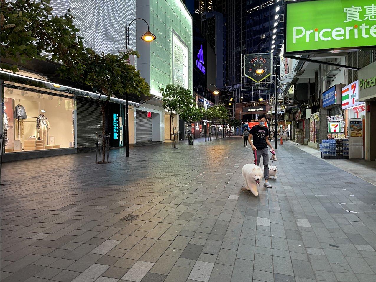八號風球生效,銅鑼灣街頭十分冷清。(大公文匯全媒體記者 攝)