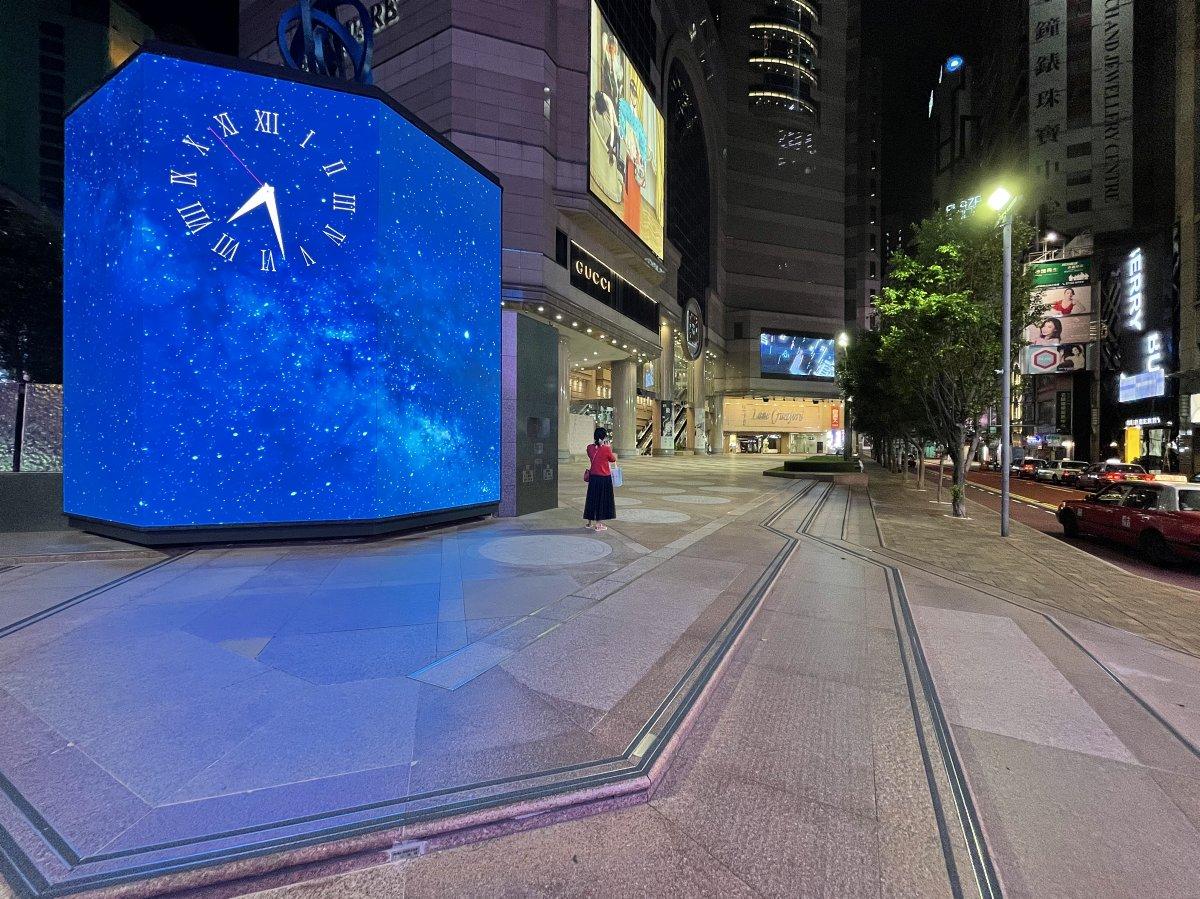 八號風球生效,銅鑼灣時代廣場門前十分冷清。(大公文匯全媒體記者 攝)
